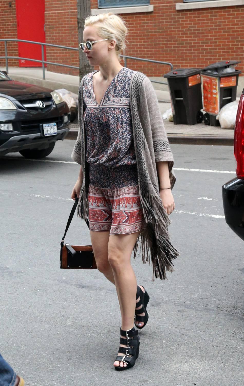 Jennifer Lawrence adopte un look un peu hippie. Elle a l'air cool mais elle n'a visiblement pas l'air décidée à sourire.