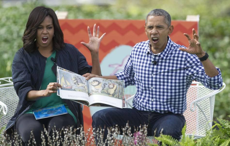 Le couple présidentielle se transforme en lecteurs, sous les yeux émerveillés des petits.