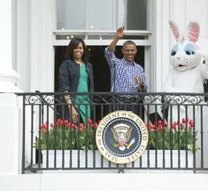 Barack et Michelle Obama accompagnés du lapin géant pour le discours officiel.