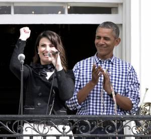 Barack et Michelle Obama accueillent la chanteuse Idina Menzel pour l'hymne national.