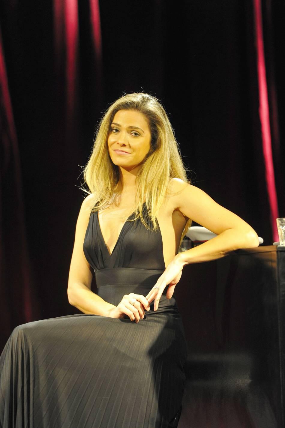 En 2012, Clara Morgane était sur scène. Cette fois, elle met en avant des artistes qu'elle aime dans son petit cabaret.