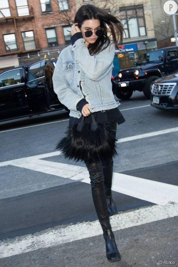 Kendall Jenner dans sa veste en jean boyfriend.