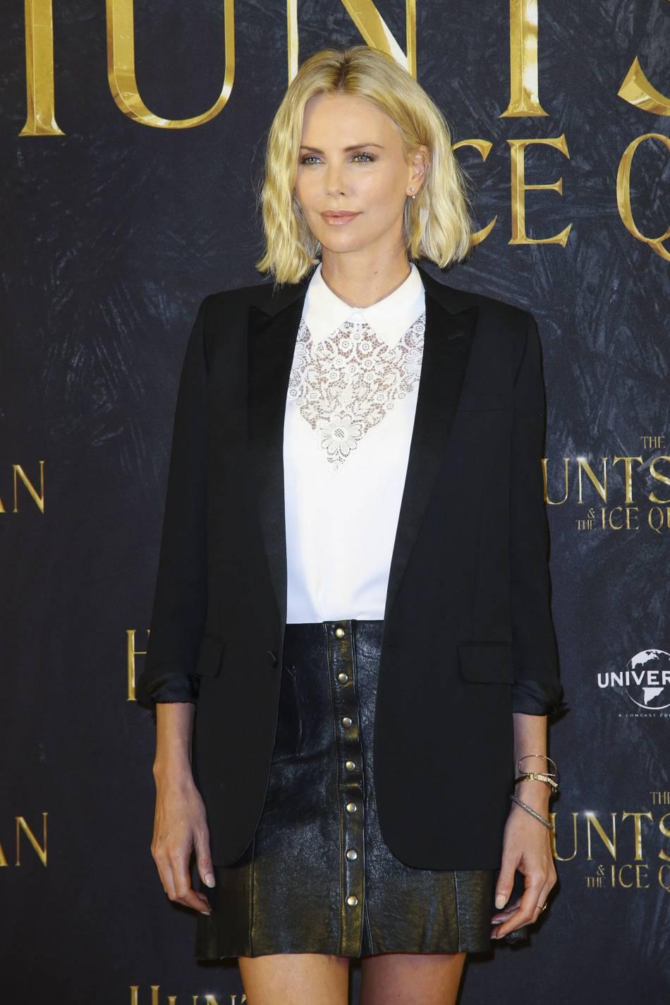 """Charlize Theron était irrésistible ce 30 mars 2016 à l'avant-première du film """"Le chasseur et la reine des glaces"""", à Hambourg."""