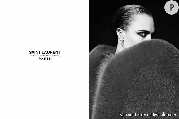 Cara Delevingne arbore des pièces fortes du défilé Automne-Hiver 2016/2017 présenté à la Fashion Week parisienne.