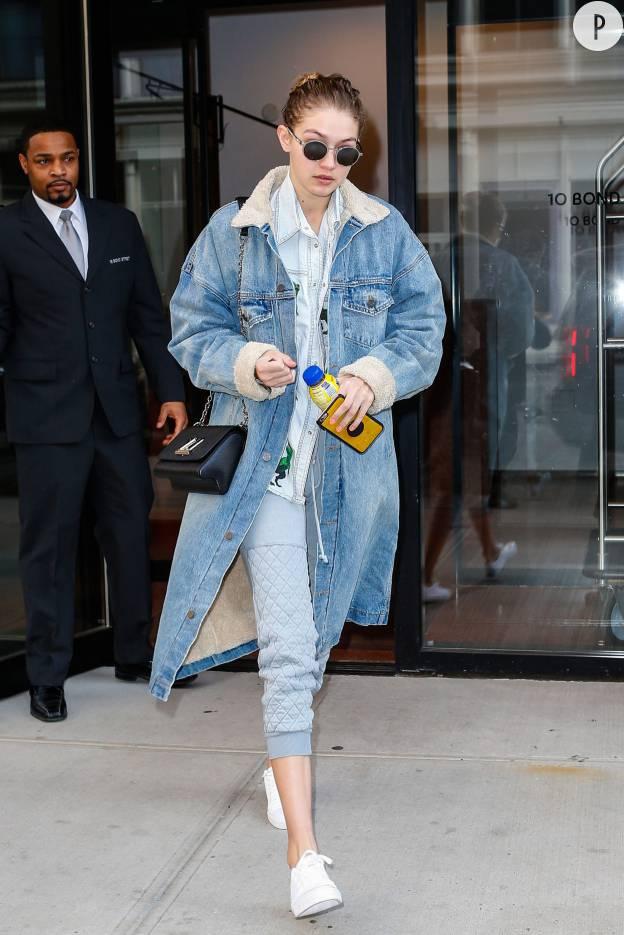 Gigi Hadid sort son trench en jean et fait fureur à New York.