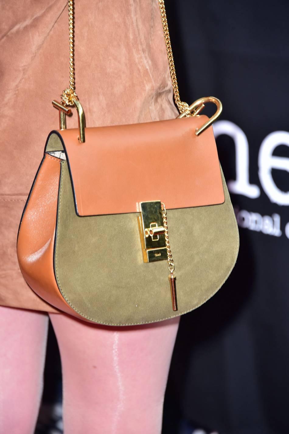 Ludivine Sagnier adopte un joli petit sac signé Chloé, marque avec laquelle elle entretient une relation privilégiée.