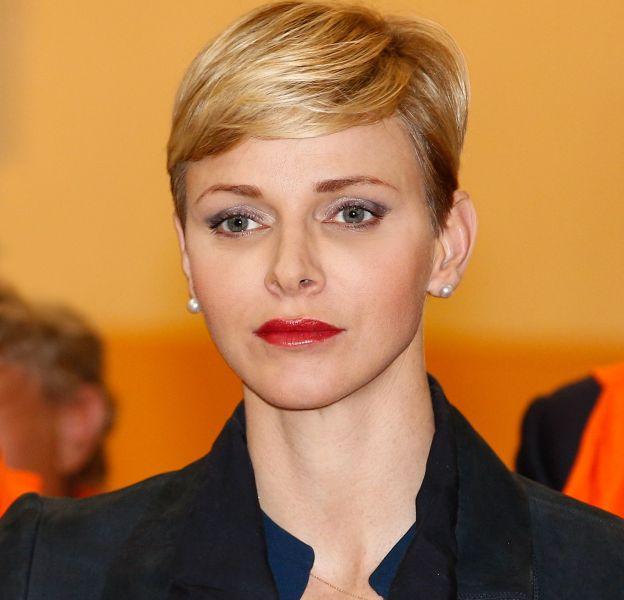 Charlène de Monaco affiche un regard peu expressif lors d'une remise de prix dans un collège monégasque le 1er avril 2016.