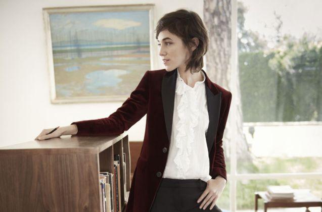 En veste bordeaux et blouse à volants, Charlotte Gainsbourg est élégante à souhait.