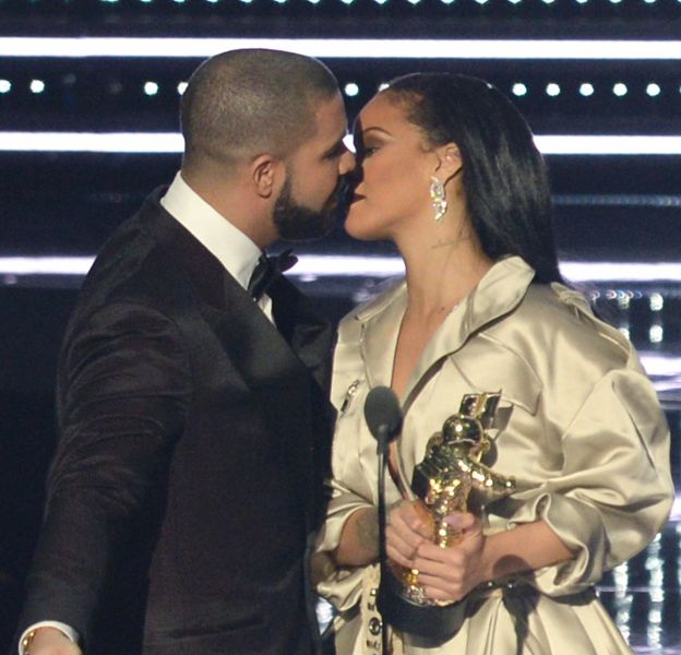 Rihanna et Drake ont échangé un baiser sur la scène des MTV VMA.