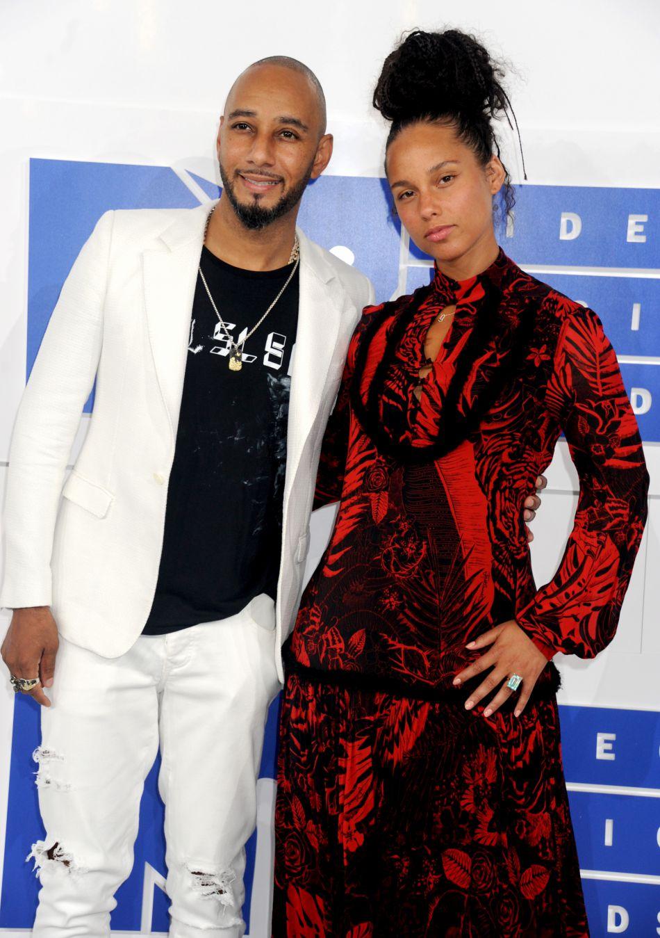 Son mari, le producteur Swizz Beatz a aussi tenu à voler au secours de sa belle.