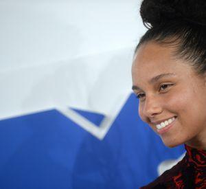 Alicia Keys, fidèle à sa décision de plus porter de maquillage est apparue resplendissante sur le tapis rouge des VMAs.