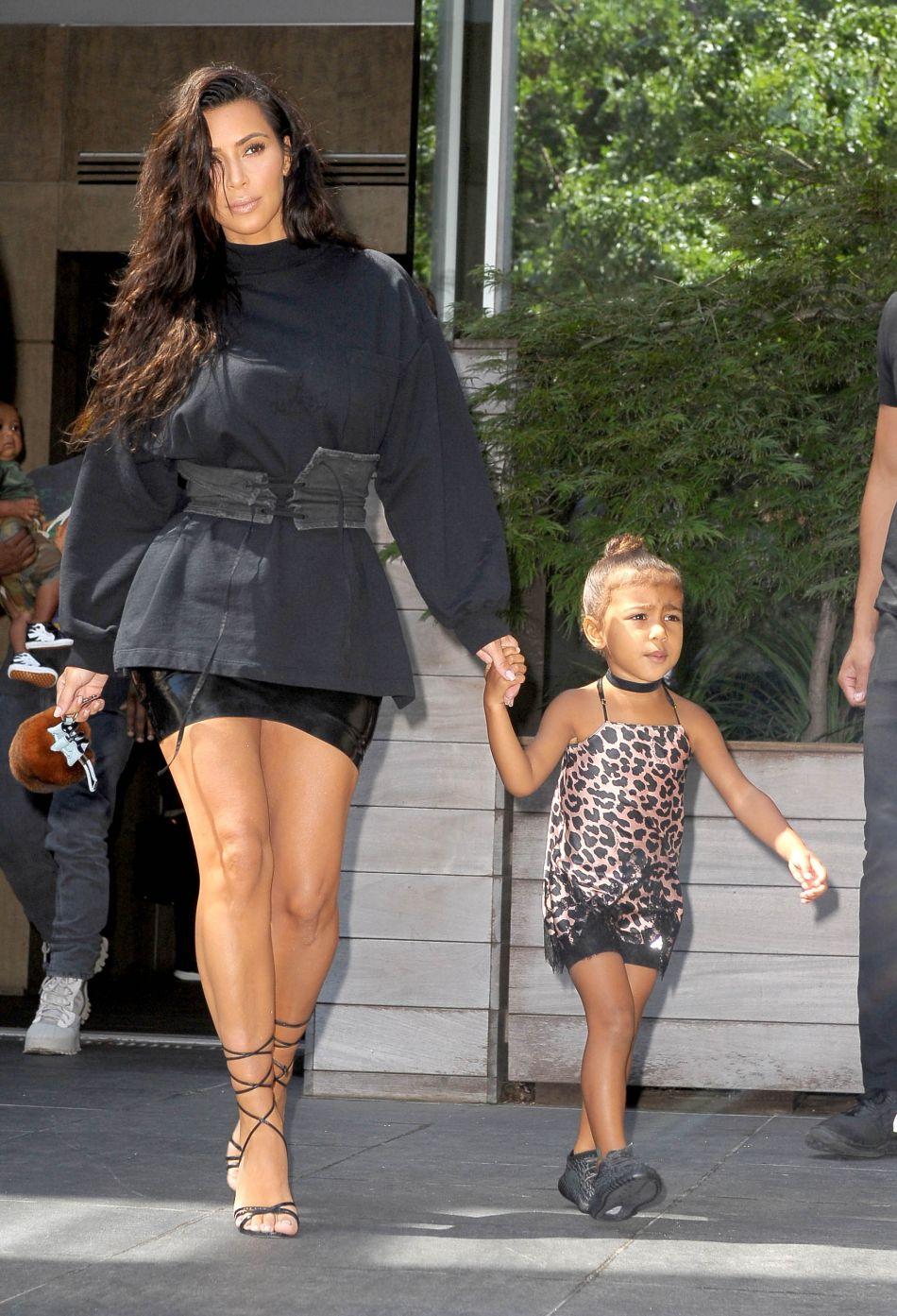 Kim Kardashian canon en noir avec sa fille North.