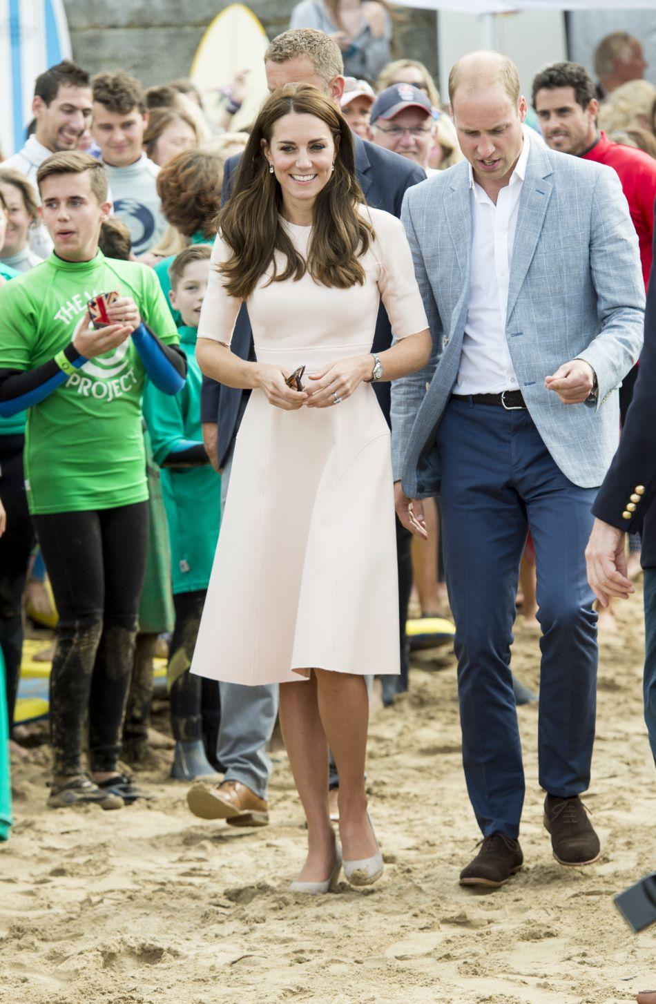 Kate Middleton, pas tout à fait prête pour sa leçon de surf.
