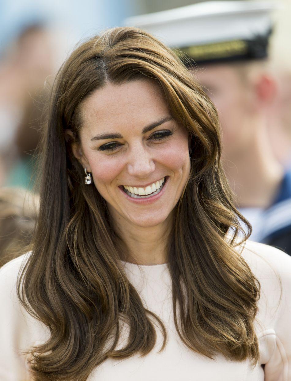 Kate Middleton parée de boucles d'oreilles Kiki McDonough.
