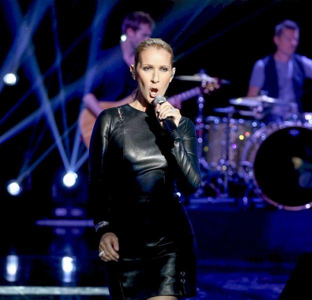 Céline Dion ose la robe en cuir pour une émission de M6.