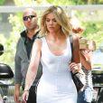 """Au Mexique, Khloe Kardashian dégaine le maillot de bain rouge façon """"Alerte à Malibu""""."""