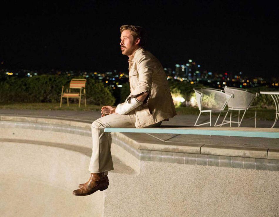 Holland March (Ryan Gosling) est un détective privé maladroit et porté sur la bouteille.