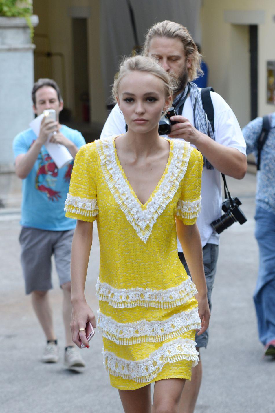 Lily-Rose Depp, toujours aussi lookée dans une robe jaune rebrodée de sequins.
