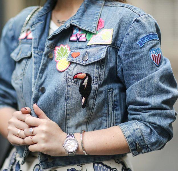 Retour des années 90, la veste en jean à patches est en vogue.