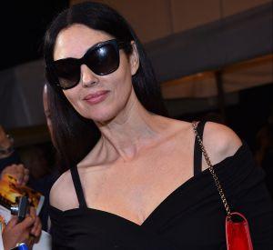 Dans une robe dévoilant ses épaules, Monica Bellucci est très glamour et affiche un look rétro.
