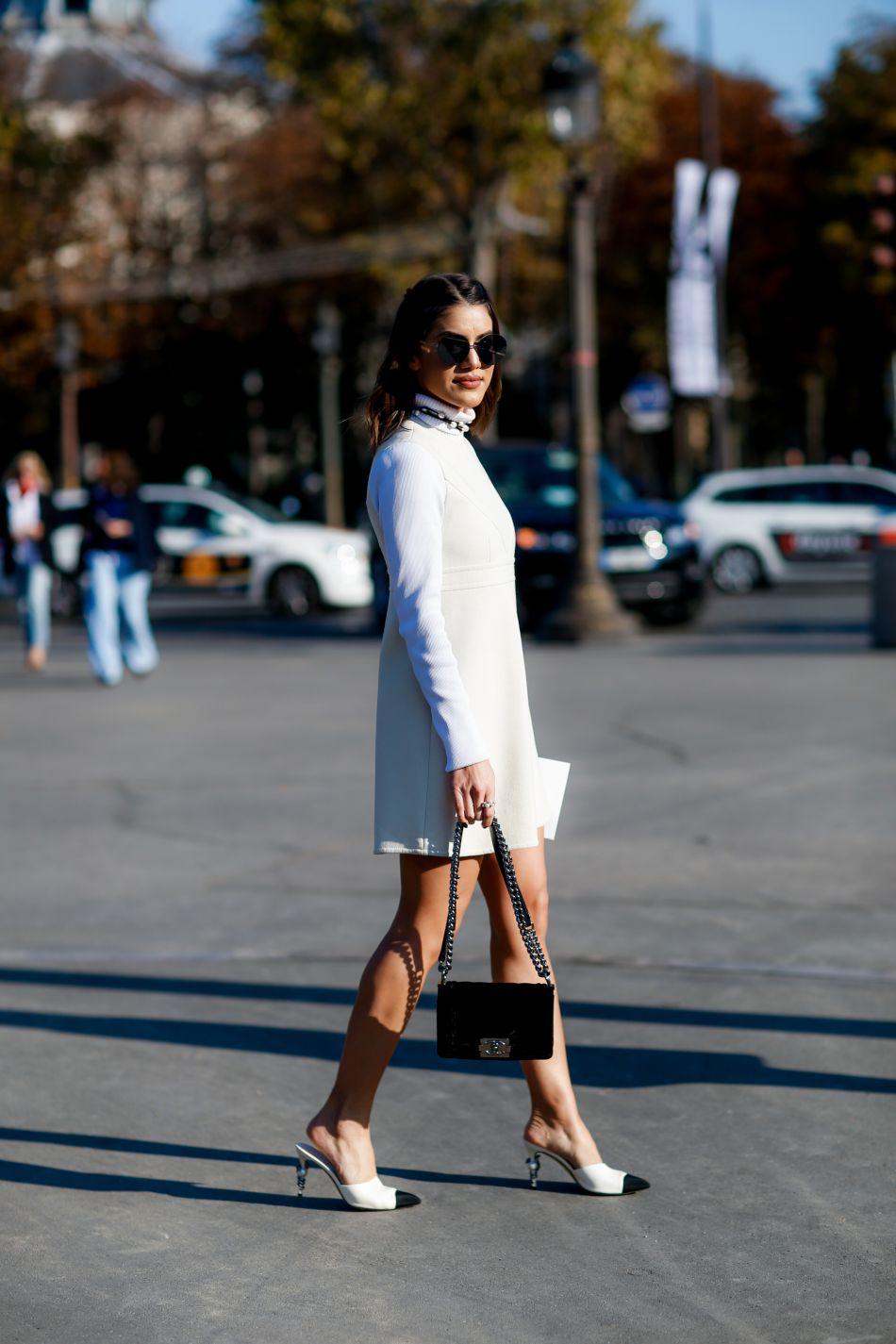 La mule blanche est la manière discrète d'adopter cette chaussure controversée.