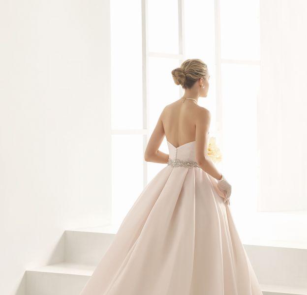 Une robe de mariée rose pour se dire oui.
