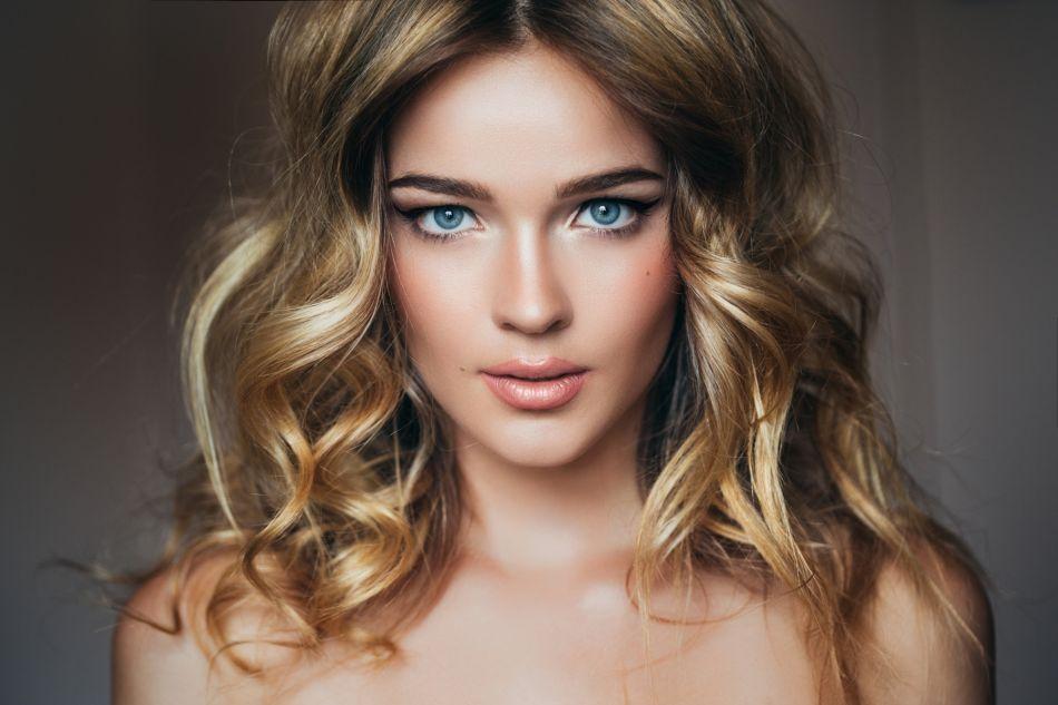 Assez Cheveux blonds : quelle couleur de rouge à lèvres faut-il  YT39