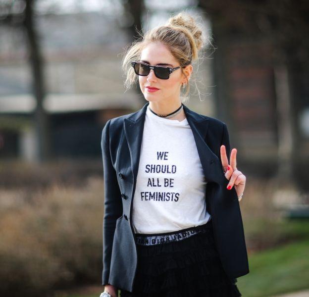 Chiara Ferragni porte un t-shirt Dior qui fait sensation à la Fashion Week cette année.