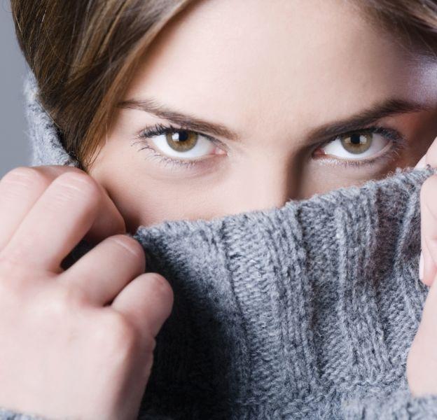 Le col roulé est tendance pour les femmes et les hommes.