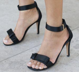 Sandales noires, 8 modèles à avoir absolument dans son placard