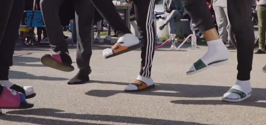 """Claquettes-chaussettes : quand la mode nous fait dire """"sérieusement ?"""""""