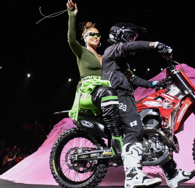 Rihanna venant saluer à la fin de son show Fenty x Puma