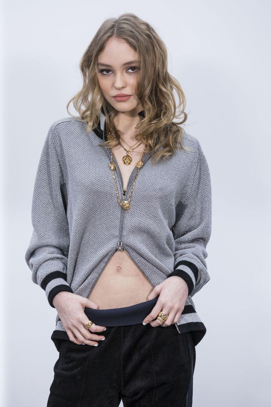 Lily-Rose Depp s'affiche décomplexée et très sexy pour  CR Fashion Book .