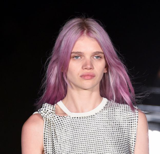 "Le ""rose quartz hair"" a fait sensation durant la Fashion Week de New York et notamment sur le podium d'Alexander Wang."