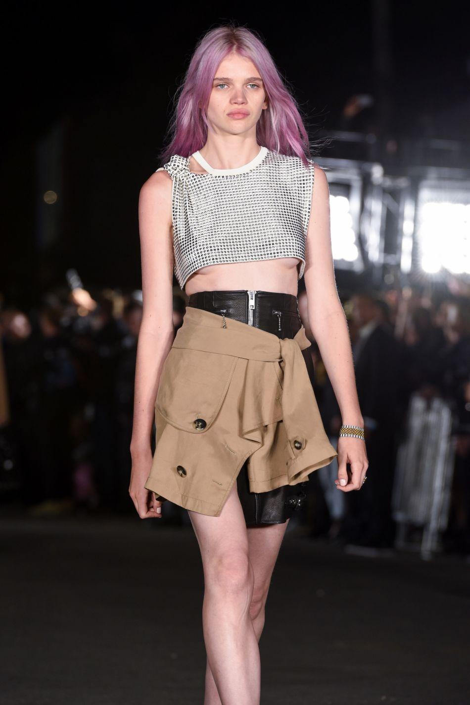 """Le """"rose quartz hair"""" a fait sensation durant la Fashion Week de New York et notamment sur le podium d'Alexander Wang."""