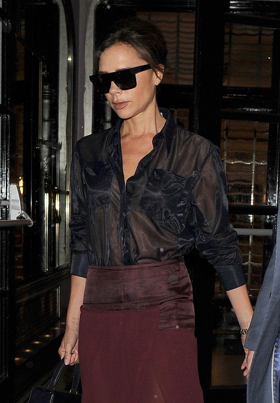 Victoria Beckham fait mouche avec une chemise transparente effet satiné.