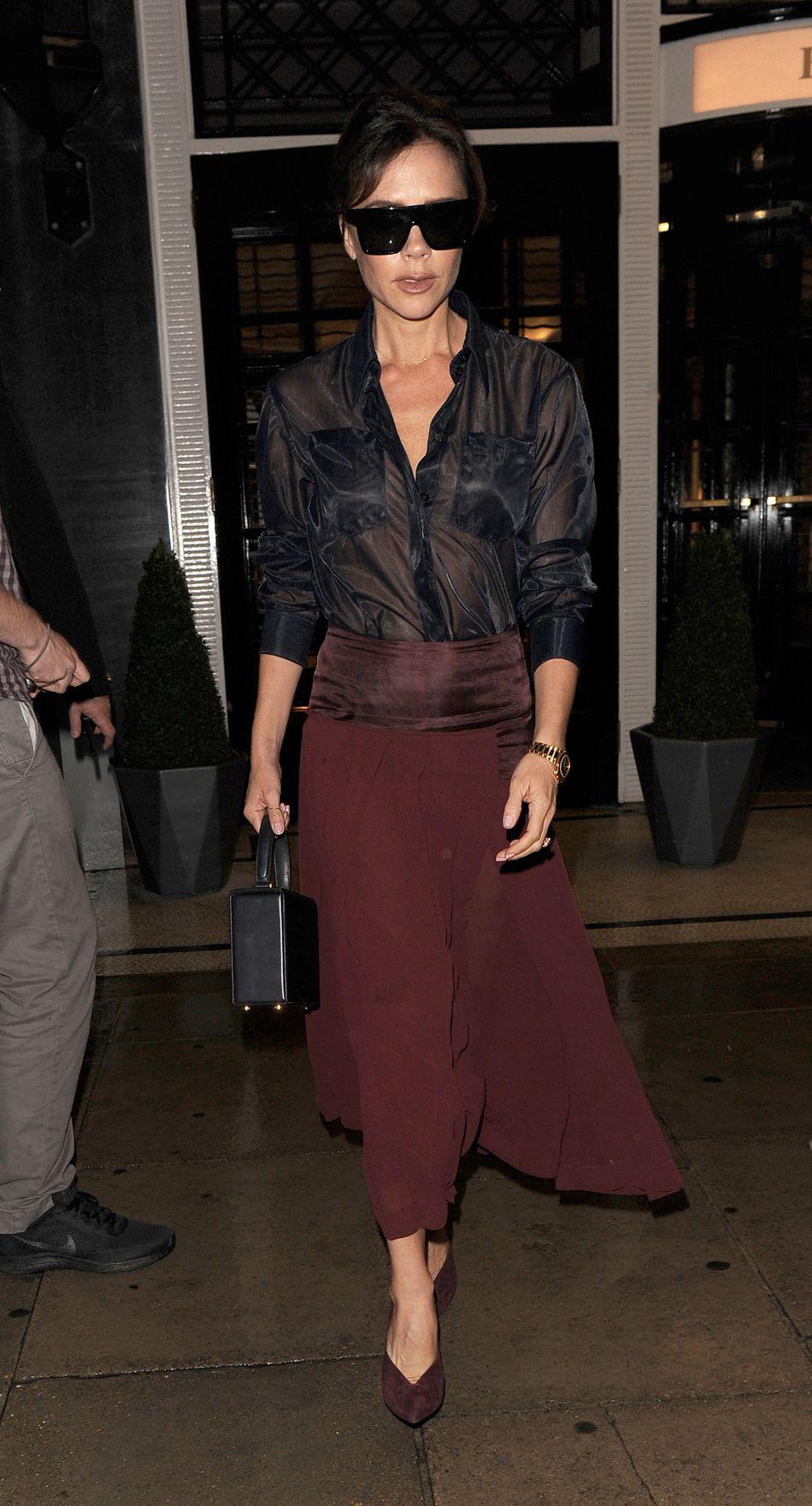 Victoria Beckham porte une jupe lie de vin de sa collection.