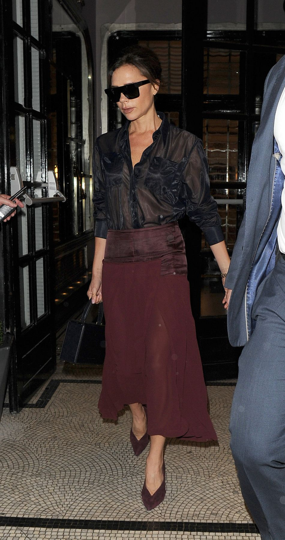 Victoria Beckham donne une leçon de style dans une tenue audacieuse à Londres.