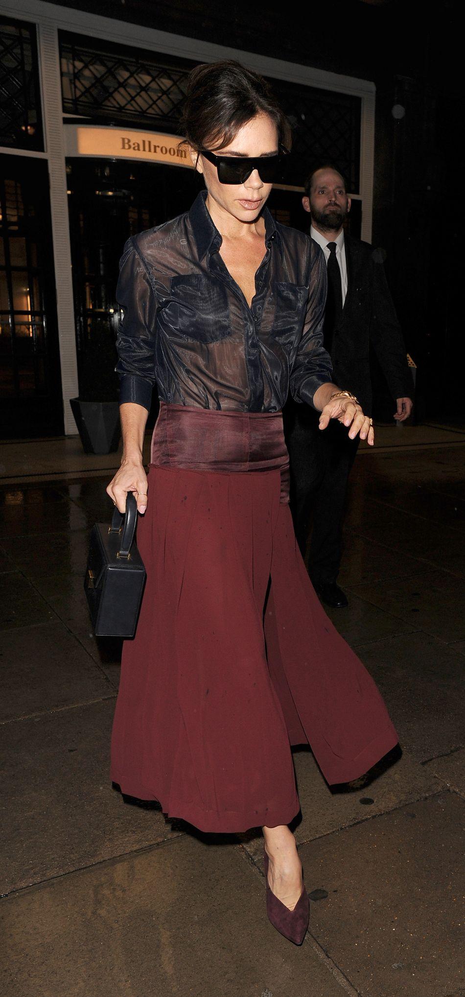 Victoria Beckham affiche sa silhouette tonique dans une tenue aussi sexy qu'élégante.