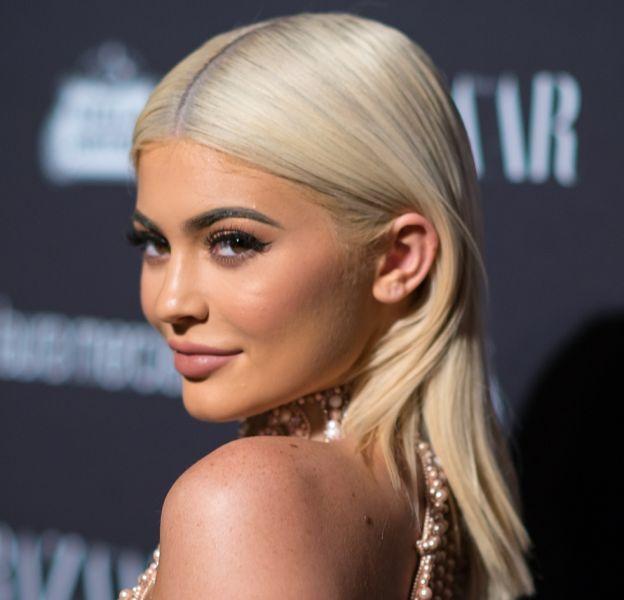 Kylie Jenner dévoile une nouvelle couleur de cheveux et semble cacher son ventre sur Instagram...