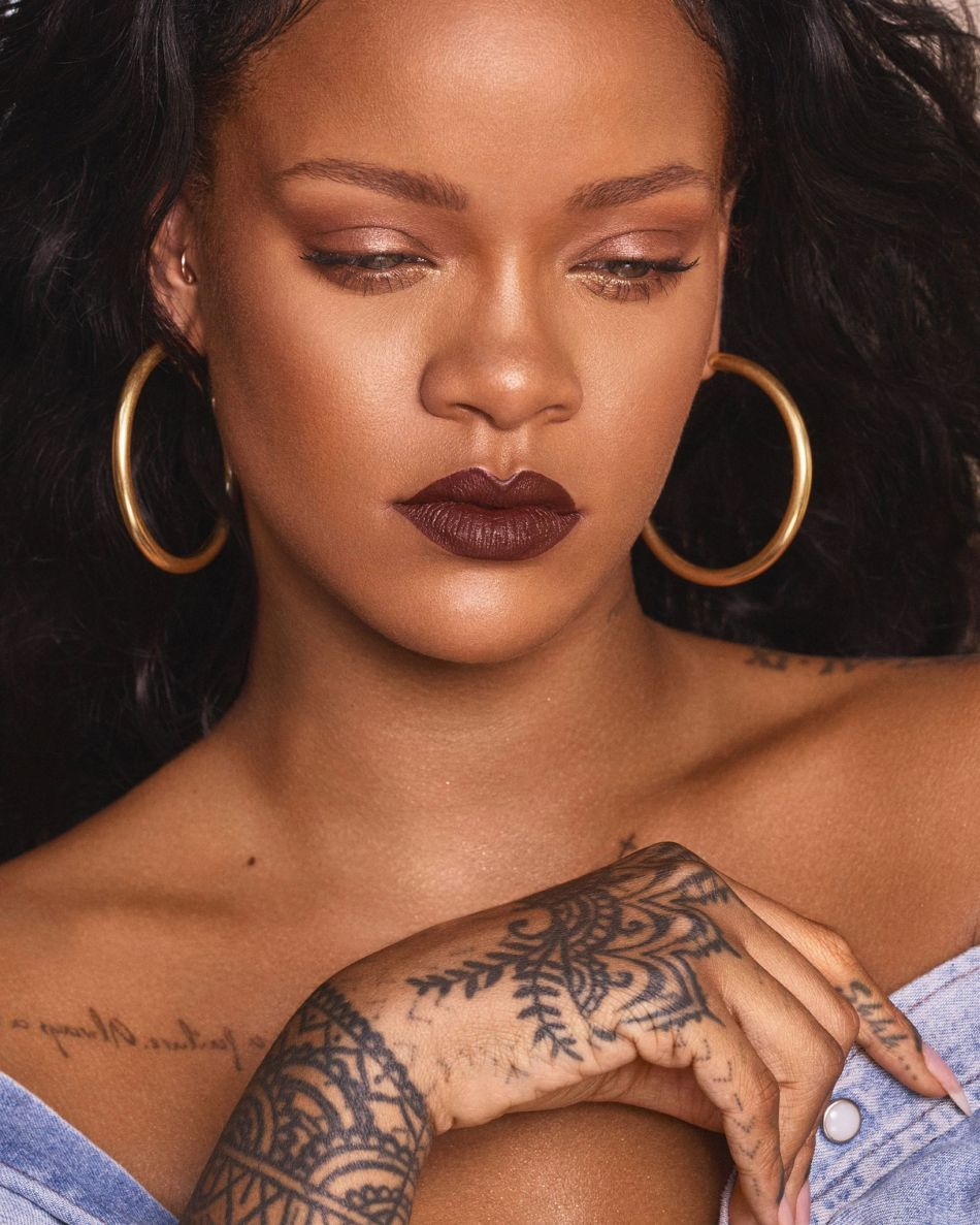 """Rihanna pour Fenty Beauty et son rouge à lèvres teinte """"PMS"""" (nommé en rapport avec """"Premenstrual Syndrome"""")."""