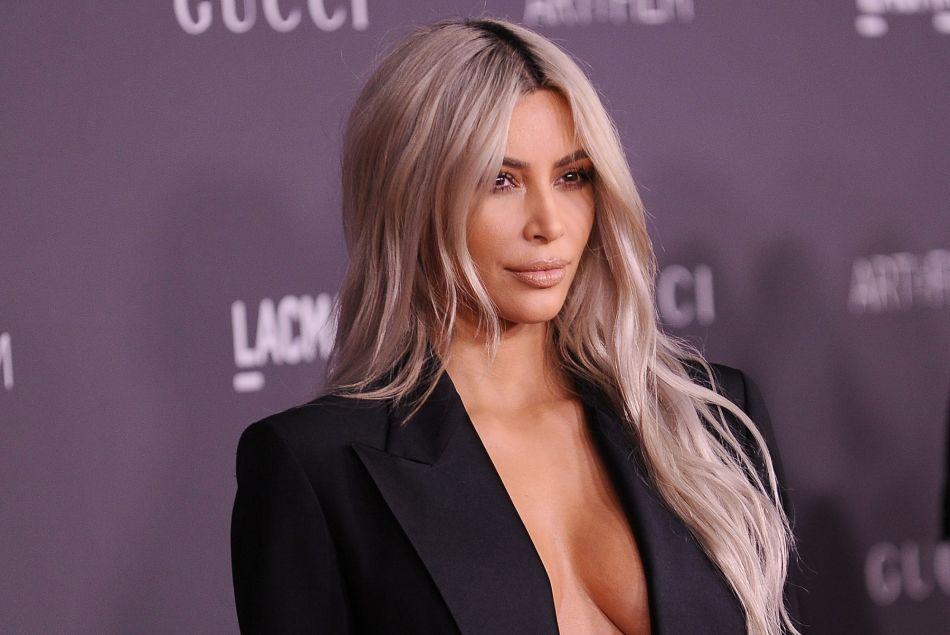 Kim Kardashian dévoile son astuce insolite pour un décolleté parfait -  Puretrend 54a03e325a1