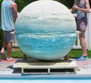 Ils fabriquent la plus grosse boule de bain au monde et la mettent à l'eau