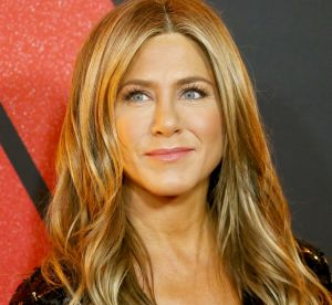 Jennifer Aniston, party girl sexy : elle porte notre robe du Nouvel An !