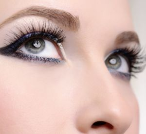 5 maquillages de fêtes pour les yeux bleus