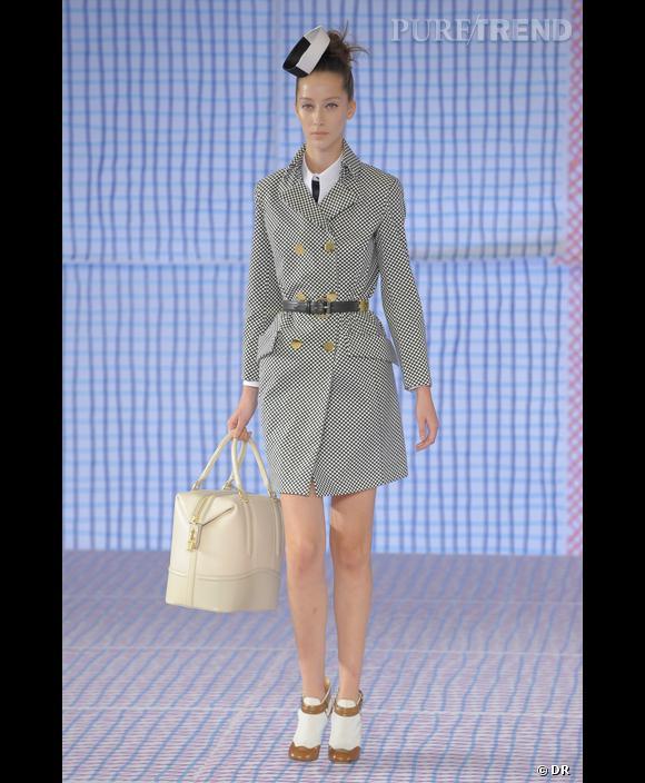 L'hôtesse de l'air     [brand=4294924398] Pollini [/brand]  s'inspire de la profession la plus fantasmée: les hôtesses de l'air. D'une élégance irréprochable très française, ambassadrice de la Haute Couture. L'hotesse de l'air est l'une des professions qui a beaucoup associée au travail des créateurs.  [brand=4294929177] Christian Lacroix [/brand]  ,  [brand=4294924628] Balanciaga [/brand] ,  [brand=4294773786] Dior [/brand] , tous ont signé des réalisations pour Air France.