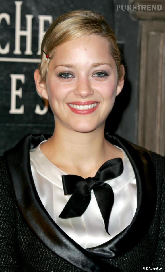 Un chignon sagement diciplinée avec une barette. Le chignon blond ne donne pas autant de fraicheur à la môme. Marion, une fille résolument couleur chocolat.