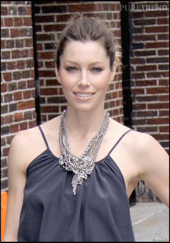 Jessica Biel porte un top Prada et un collier Tom Binns