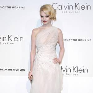 Lydia Hearst en [brand=1237]Calvin Klein[/brand] . Une robe de mousseline drapée, rebrodée de strass. Un jeu de transparence qui sied parfaitement au teint pâle de l'actrice, qui se meut dés lors en beauté glacée mais non pas glaçante. Une vraie reine des neiges revisitée.