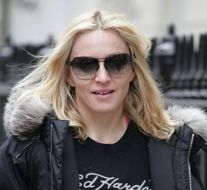 [people=2143]Madonna[/people] porte un tee shirt [brand=4294945966]Ed Hardy[/brand] , marque phare de [people=2412]Christian Audigier[/people] .